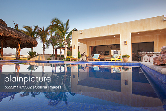 Swimming pool and elegant patio - p555m1479982 by Sollina Images