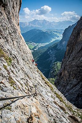 Mountain climbers on Via Ferrata Tridentina in the Dolomites in Alta Badia, Dolomites, South Tyrol, Italy, Europe - p1062m2199749 by Viviana Falcomer