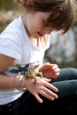 Kleines Mädchen mit Kröte - p4410414 von Maria Dorner