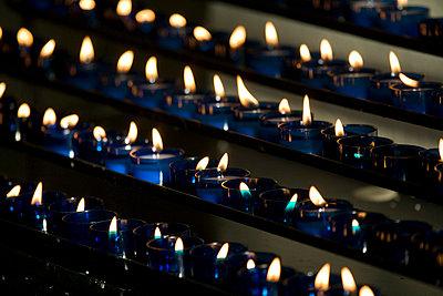 Opferkerzen in einer Kirche - p6860041 von Paul Tait