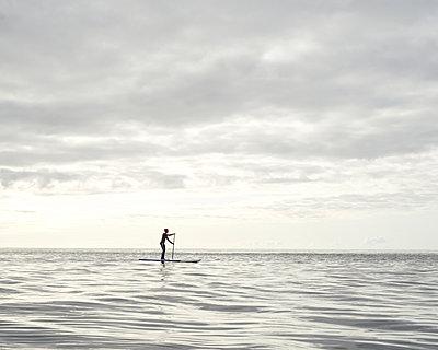 Stand up Paddle auf dem Meer - p1124m1050691 von Willing-Holtz