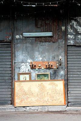 verlassener Flohmarkt - p237m1083608 von Thordis Rüggeberg