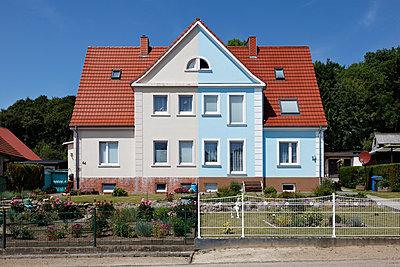 Doppelhaus - p238m952772 von Anja Bäcker