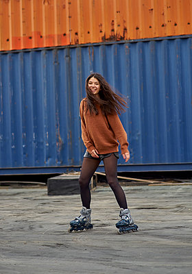 Portrait of young inline-skater at industrial area - p300m1587473 by Benjamin Egerland
