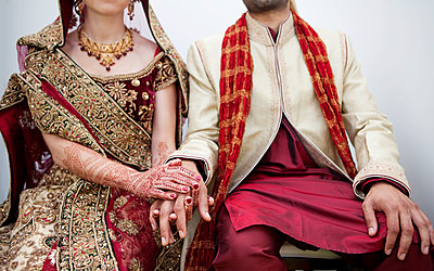 Bride and groom in traditional Indian wedding clothing - p555m1478050 by Kyle Monk