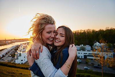 Beste Freundinnen - p890m1134599 von Mielek