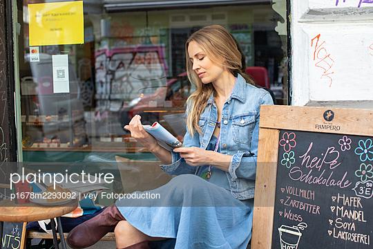 Woman having a break  - p1678m2293092 by vey Fotoproduction