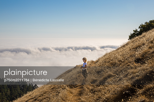 Boy on Mount Tamalpais looking far, California - p756m2211784 by Bénédicte Lassalle