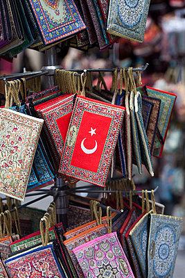 Geldbörsen auf türkischem Bazaar - p045m1477527 von Jasmin Sander