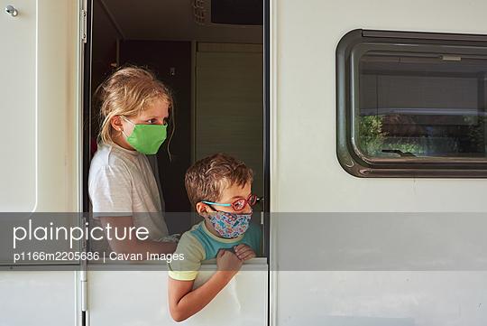 Brothers on vacation in a caravan. - p1166m2205686 by Cavan Images
