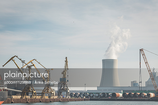 Germany, Warnemuende, Rostock Port, cranes and powerhouse, cooling tower - p300m1129888f von Anke Scheibe