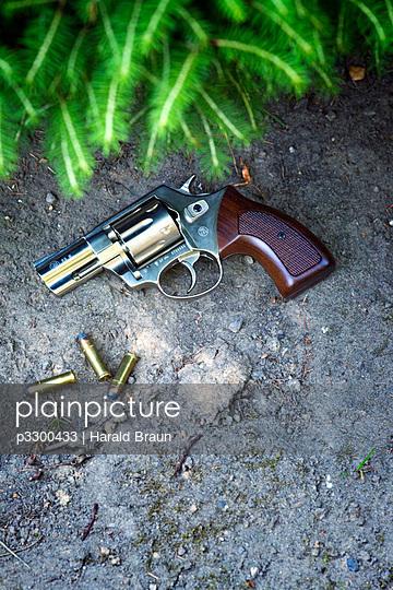 Revolver unter einem Busch - p3300433 von Harald Braun