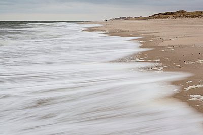 Germany, Schleswig-Holstein, Sylt, waves on sandy beach - p300m965276f by Stephan Rech