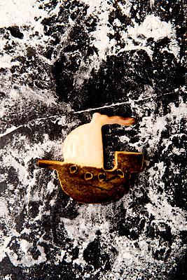 Gebackenes Schiff - p451m2086942 von Anja Weber-Decker