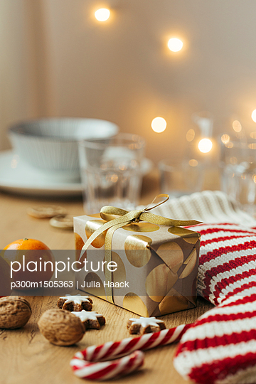 plainpicture | Photo library for authentic images - plainpicture p300m1505363 - Christmas present, tangerin... - plainpicture/Westend61/Julia Haack