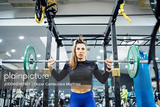 Woman lifting barbell in gym - p300m2167401 by Oscar Carrascosa Martinez