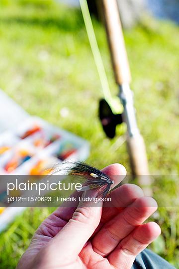 plainpicture - plainpicture p312m1570623 - Man holding fishing bait - plainpicture/Johner/Fredrik Ludvigsson