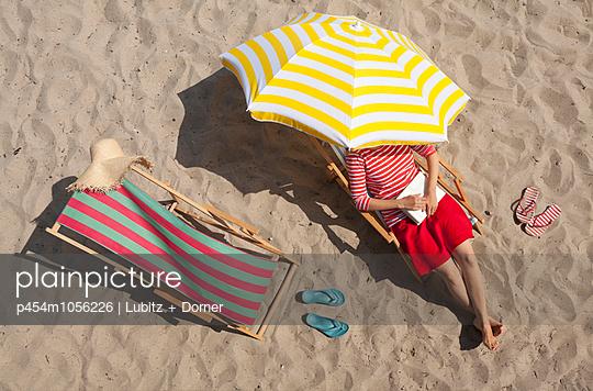 Beach read - p454m1056226 by Lubitz + Dorner