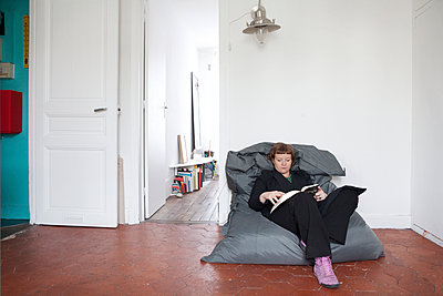 Relaxation and reading - p1513m2043877 by ESTELLE FENECH