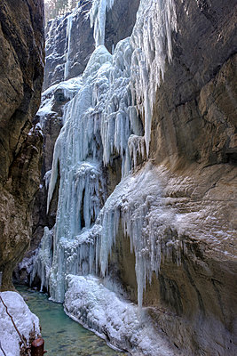 Germany, Bavaria, Upper Bavaria, Werdenfelser Land, Garmisch Partenkirchen, Partnach Gorge, snow, ice and icicles - p300m2083564 by Lisa und Wilfried Bahnmüller