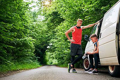 Runner friends talking beside van - p429m2069300 by Matt Lincoln