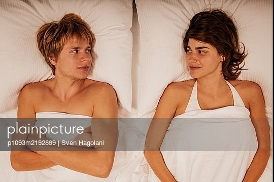 Junges Paar liegt im Bett - p1093m2192899 von Sven Hagolani