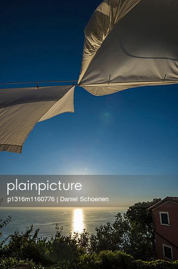 Wäsche auf einer Leine, Camogli, Provinz Genua, Riviera di Levante, Ligurien, Italien - p1316m1160776 von Daniel Schoenen