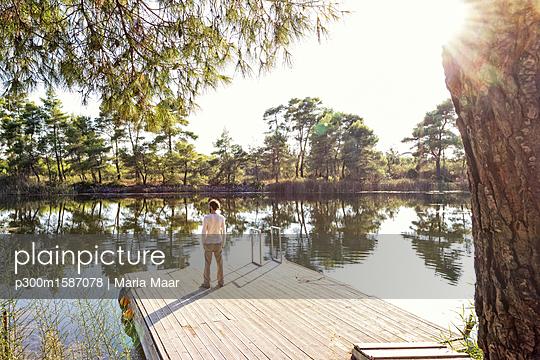 Greece, Peloponnese, Elis, man standing at Lake Kaiafas - p300m1587078 von Maria Maar