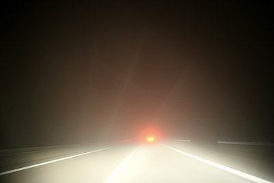 Nebel auf der Autobahn - p1258m1515557 von Peter Hamel