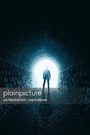 Mann im Tunnel - p470m2020300 von Ingrid Michel