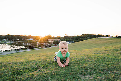 Baby boy at the park during sunset. - p1166m2163059 by Cavan Images