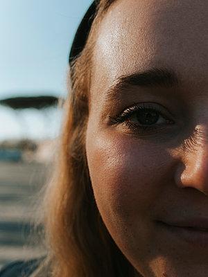 Smiling young woman, portrait - p1507m2272680 by Emma Grann