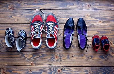 Schuhe, ordentlich geparkt - p606m1214561 von Iris Friedrich