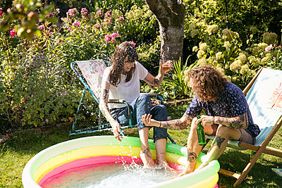 Refreshment in the allotment garden - p788m2037414 by Lisa Krechting
