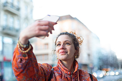 Young woman takes a selfie - p975m2223791 by Hayden Verry
