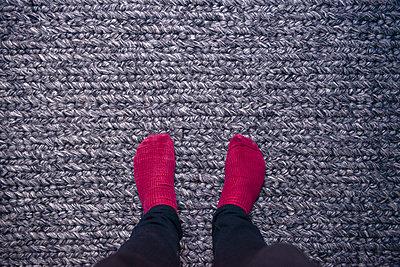 Mann in Socken - p1267m2014008 von Wolf Meier