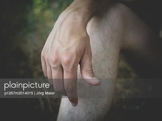 Hand und Bein eines Mannes - p1267m2014015 von Wolf Meier
