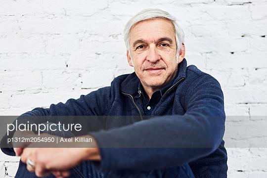 Mann vor einer Mauer - p1312m2054950 von Axel Killian