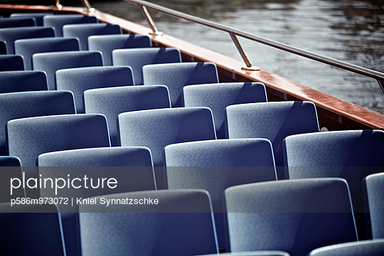 Sitzplätze auf einer Fähre - p586m973072 von Kniel Synnatzschke