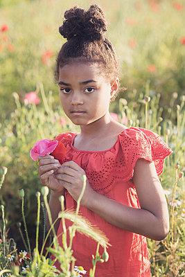 Girl in a wild flower field  - p1323m2100516 von Sarah Toure