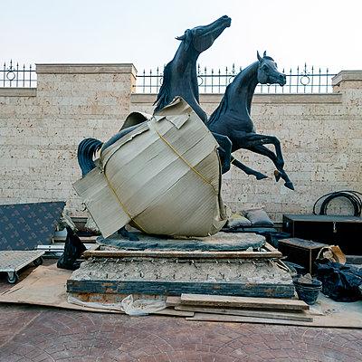 Pferdeskulptur unter Pappe, Riad, Saudi-Arabien - p1542m2173321 von Roger Grasas