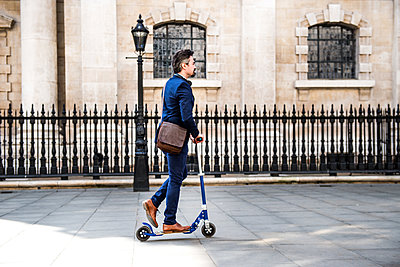 Businessman on scooter, London, UK - p429m1417553 by Bonfanti Diego