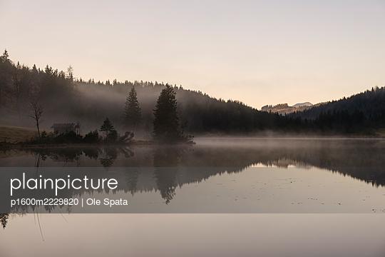 Deutschland, Bayern, Karwendel, Hütte am See - p1600m2229820 von Ole Spata