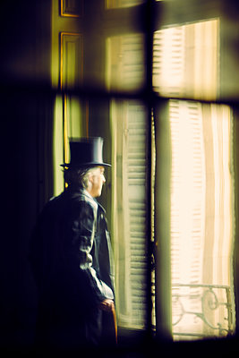 Mann Fenster Ausblick - p1312m1137741 von Axel Killian