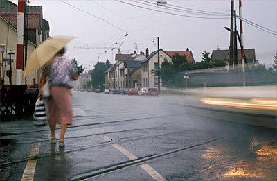 Elderly woman crossing the street - p2550687 by Frank Muckenheim