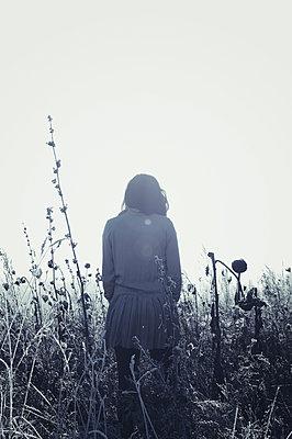 Frau in Frostiger Wiese - p470m2053076 von Ingrid Michel