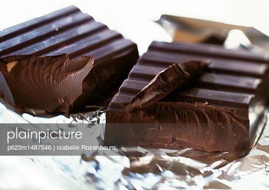 Chunks of dark chocolate on aluminum foil - p623m1487546 by Isabelle Rozenbaum
