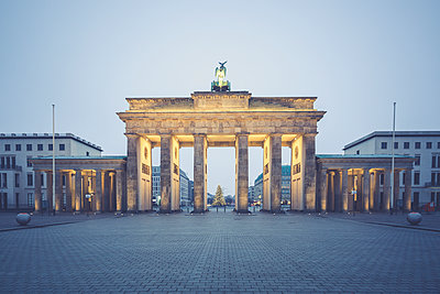 Germany, Berlin, Brandenburg Gate, Place of March 18 at Christmas time - p300m1204720 by Anke Scheibe