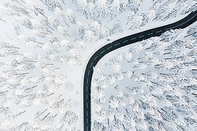 Curvy road in winter - p713m2289267 by Florian Kresse