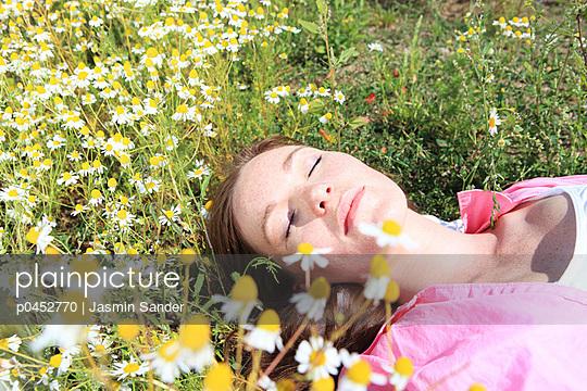 Sunbathing young woman - p0452770 by Jasmin Sander